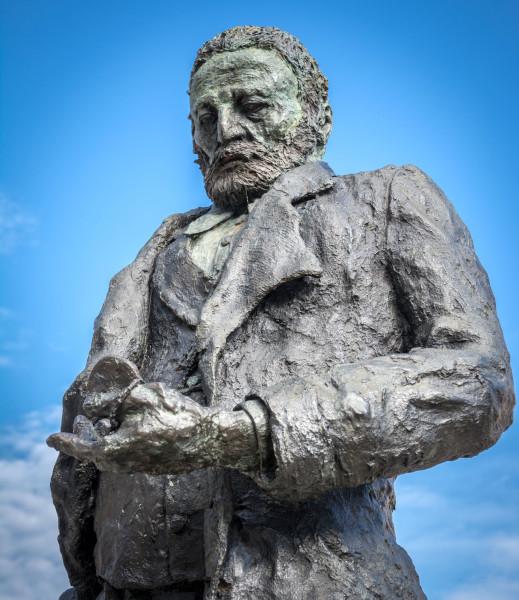 statue de victor Hugo par Ousmane Saw